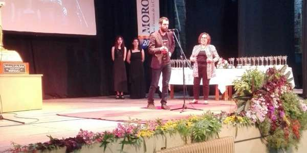 Photo of Gabriel Burdin accepting prestigious Morosoli Prize on stage